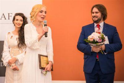 Anca Mona Mariaș, dirijor al Corului Junior VIP, și Florin Estefan, director al Operei Române din Cluj